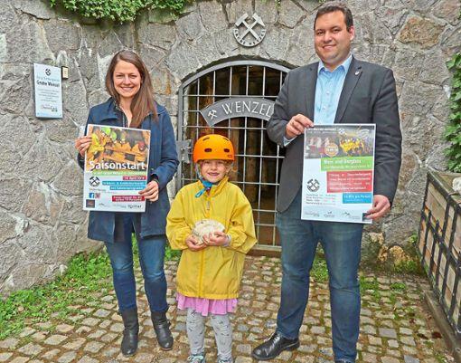 Vorfreude auf die Tourismus-Saison  (von links):   Carina Himmelsbach, Katharina Bauernfeind mit neuem Sicherheits-Kinderhelm und Bürgermeister Matthias Bauernfeind.  Foto: Haas Foto: Schwarzwälder Bote