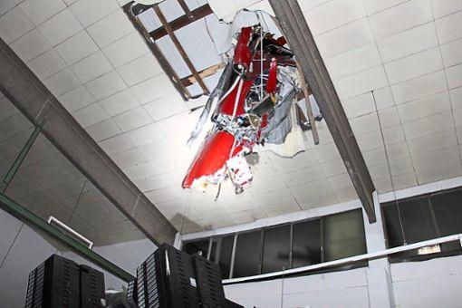 Die Aufnahme aus dem Inneren der Halle verdeutlicht, mit welcher Wucht das Flugzeug in das Dach einschlug.   Foto: BFU