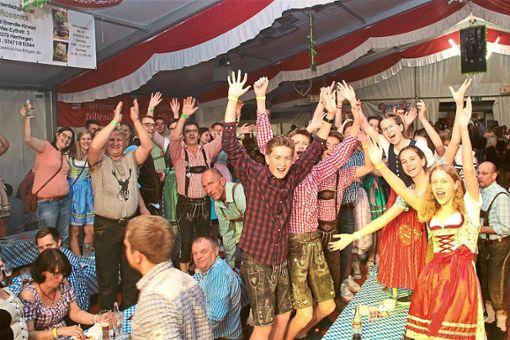 Hier geht die Party ab: Im Festzelt in Zimmern wird heftig gefeiert.   Fotos: Wahl Foto: Schwarzwälder Bote