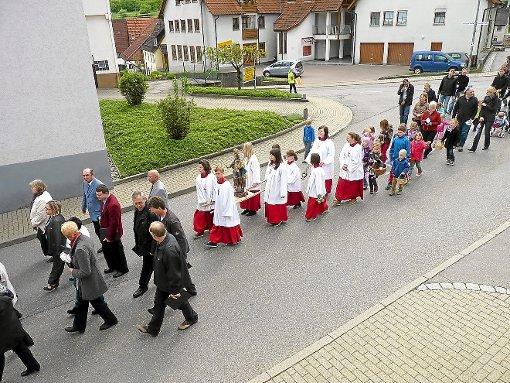 Die Altheimer Fronleichnams-Prozession führte Ministranten, Kirchengemeinderäte und Gottesdienstbesucher durchs Dorf zu vier schön gestalteten Stationen.  Foto: Karjoth