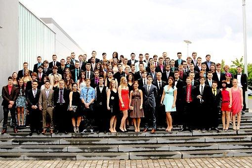 Schick in Schale: Die Abiturienten des TG Balingen formieren sich zum Gruppenfoto. Foto: Schröder