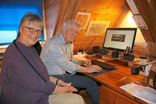 Maria und Werner Waßmer haben seit 2018 eine nicht kommerzielle Internetseite loeffingen-damals geschaltet. Am  Mittwoch, 13. Februar,  laden sie in der Tourist-Information zu einer virtuellen Zeitreise ein.  Foto: Bächle Foto: Schwarzwälder Bote