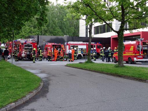 Die Feuerwehr war mit 60 Kräften und 14 Fahrzeugen im Einsatz. Der Rettungsdienst war mit dem Organisationsleiter Rettungsdienst und dem leitenden Notarzt mit 32 Kräften und 14 Fahrzeugen, die Polizei mit sieben Beamten und einem Hund vor Ort. Foto: Steffi Stocker