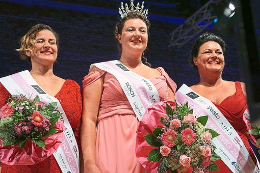 Die drei Fräulein Kurvig-Gewinnerinnen auf der Bühne: Alexandra Walz (rechts), die Erstplatzierte Kea Schmidt-Bodenstein und die Zweitplatzierte Nora Lux.   Fotos: Tiffany La/Wundercurves Foto: Tiffany La/Wundercurves