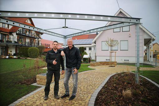 Ortsvorsteher Ewald Hoffmann (rechts) und sein Stellvertreter Marco Räffle halten den Bürgerpark an der Heubergstraße für eine super Sache.   Fotos: Müller Foto: Schwarzwälder Bote