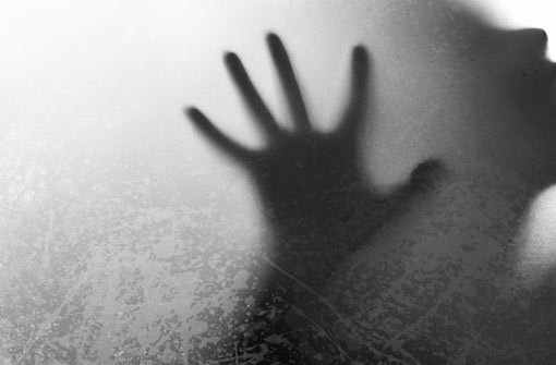 Zwei bislang unbekannte Männer haben in Nusplingen ein Mädchen festgehalten und belästigt. Die Zwölfjährige konnte sich losreißen. (Symbolfoto) Foto: Shutterstock