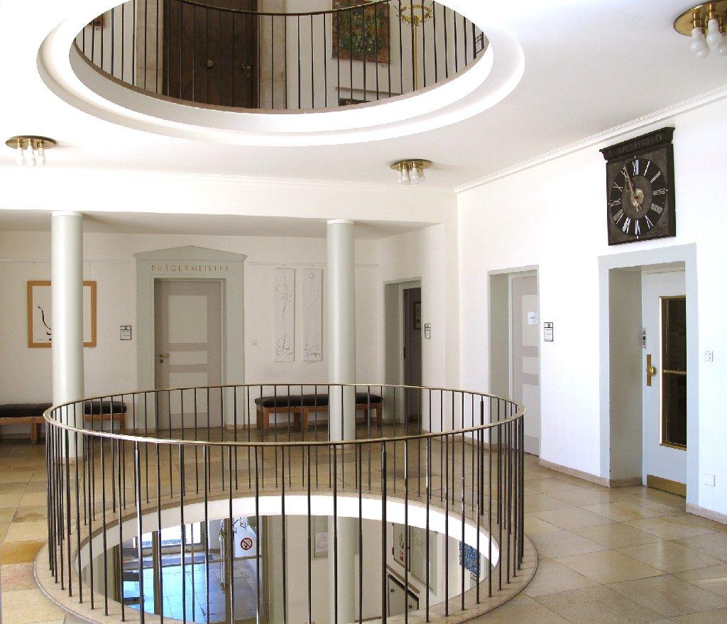 paul schmitthenner links mit schal ist architekt des rathauses das moderne rathaus ersetzte. Black Bedroom Furniture Sets. Home Design Ideas