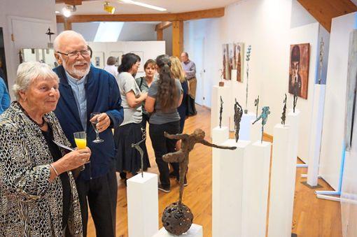 Die Ausstellungen des Löffinger Kunstvereins fördern Künstler und laden zu Gesprächen ein. das Bild zeigt Renate und Otto Rosenfelder beim Betrachten von Exponaten.   Foto: Bächle Foto: Schwarzwälder Bote