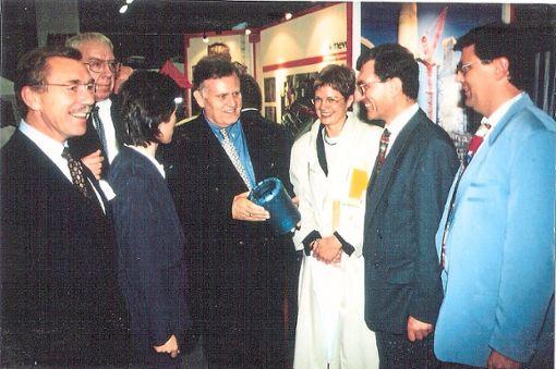 Ministerpräsident Erwin Teufel (Mitte) schaut sich 1997 auf der Gewerbeschau in Neuweiler um, wo ihn auch Landrat Hans-Werner Köblitz (links) begleitet.   Foto: Digitalarchiv Schabert Foto: Schwarzwälder Bote