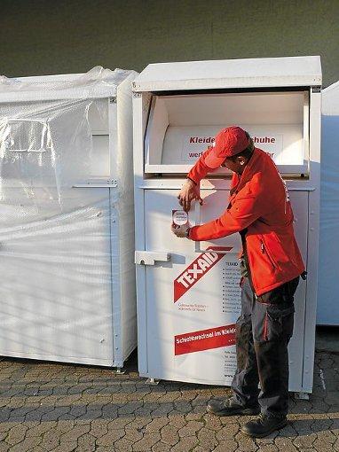 Im Landkreis Tuttlingen schon Realität: An Altkleidercontainern werden in Zusammenarbeit mit dem DRK Aufkleber angebracht, die zeigen, dass die Container angemeldet sind.  Foto: Texaid Foto: Schwarzwälder-Bote