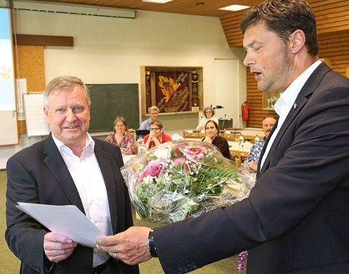 Mit einem Riesen-Blumenstrauß wurde Bernhard Asprion nach 27 Dienstjahren verabschiedet.  Foto: Lück