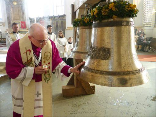 Dekan Alexander Halter weiht die Friedensglocke, auf der die heilige Familie abgebildet ist, mit Chrisam.  Foto: Merk