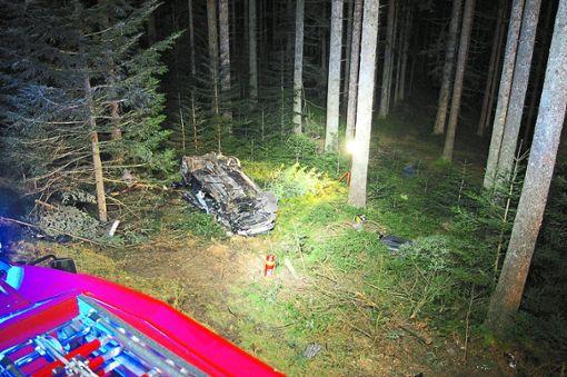 Auf dem Dach lag das Auto von Karl-Friedrich Wöhrle nach dem Unfall im Wald. Foto: Feuerwehr