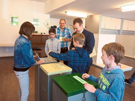 Das Wahllokal im Haus Josefine wird nach dem Festgottesdienst fleißig besucht.   Foto: Hölsch Foto: Schwarzwälder Bote