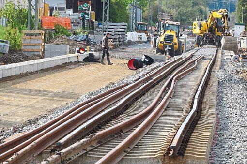 Arbeiten am neuen Gleis sofort eingestellt: Ein Bahnarbeiter steht nahe dem Fundort der Fliegerbombe im Löffinger Bahnhof.  Foto: Bächle Foto: Schwarzwälder Bote