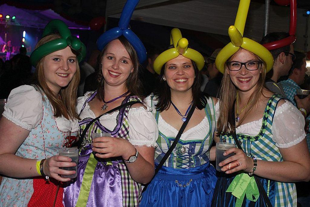 05fdbe2513622e Lauterbach/Hornberg: Schellenmarkt: Party in Dirndl und Lederhose ...