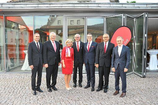 Heinz und Bärbel Winkler (Mitte) sind von der Sparkasse Haslach-Zell verabschiedet worden. Präsident Peter Schneider (Zweiter von links) war persönlich ins Kinzigtal gekommen.   Foto: Kleinberger