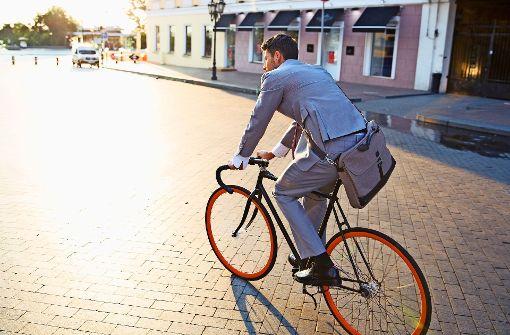 Es gibt viele gute Gründe, auf dem  Weg zur  Arbeit das Fahrrad zu nehmen – vorausgesetzt, der Weg ist nicht allzu weit. Foto: Drobot Dean – Adobe Stock