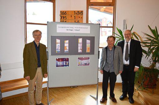 Der Glasfenster-Künstler Lukas Derow (von links) präsentiert mit  Gerhard Bader vom Arbeitskreis Kirchenfenster und Pfarrer Peter Krech den Siegerentwurf.  Foto: Bantle Foto: Schwarzwälder Bote
