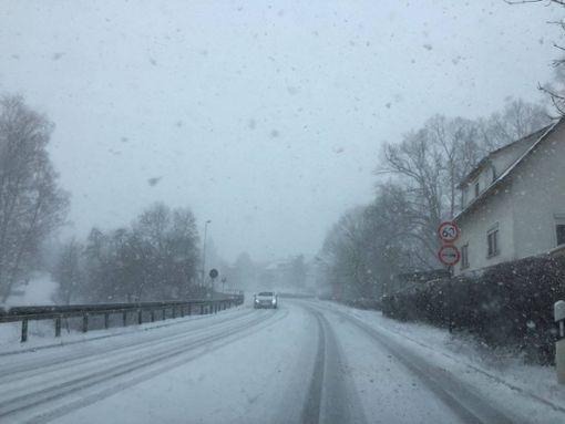 Der Schnee erschwert das Vorankommen im Straßenverkehr, wie hier in Oberndorf-Lindenhof. Foto: (nil)