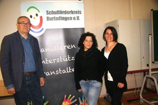 Der Schulförderkreis hat neue Vorsitzende: Leila Brandner (Mitte) und Maren Hoh (rechts).   Hans-Toni Schmid bleibt für eine weitere Wahlperiode geschäftsführender Vorsitzender.  Foto: Rapthel-Kieser Foto: Schwarzwälder Bote