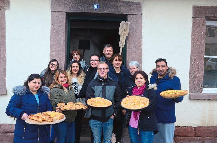 Die Teilnehmer des Deutsch-Integrationskurses lernten in Althengstett typische schwäbische Backspezialitäten kennen