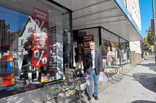 Ralph Prinz steht vor dem Bettenhaus in der Balinger Bahnhofstraße, das im Juni 2019 geschlossen wird. Foto: Ungureanu