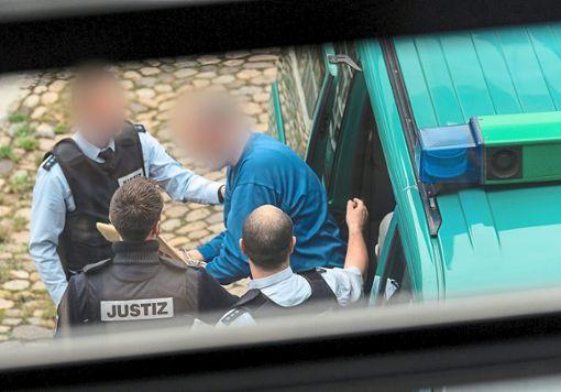 Mit Gefangenen-Transport allein ist die Aufgabe für  Polizeibeamte nicht erledigt. Foto: Seeger