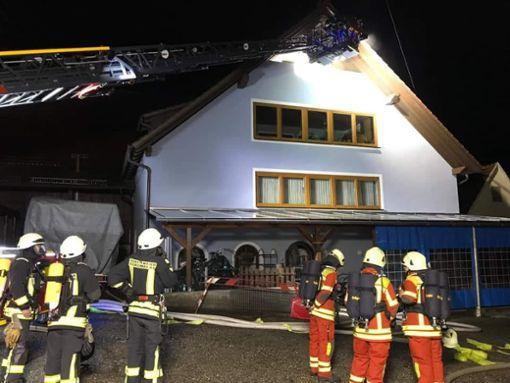 Im Einsatz war auch die Balinger Drehleiter. Foto: Feuerwehr