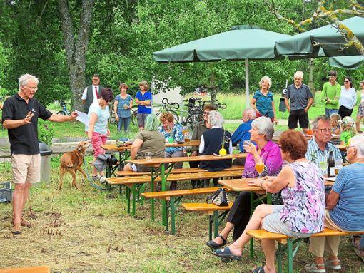Hans-Paul Möller (links) informierte  beim Bienenfest über Arbeit und Aktivitäten des Obst- und Gartenbauvereins.   Foto: Maute Foto: Schwarzwälder Bote