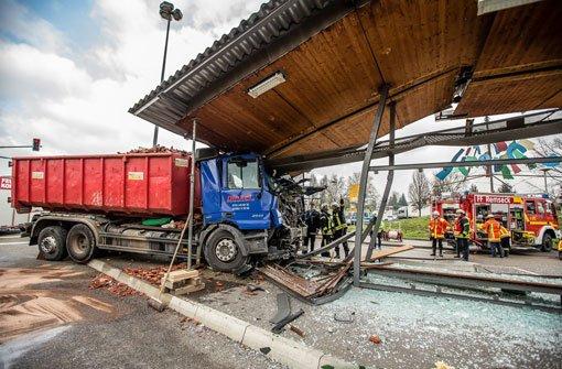 Bei einem Unfall in Remseck am Neckar wurde am Mittwoch eine SSB-Haltestelle demoliert. Foto: 7aktuell.de/Karsten Schmalz
