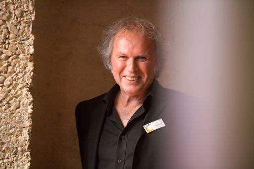 Uwe Baumann berichtet über die Geschichte des Schwarzwälder  Specks.   Foto: Kosmos Foto: Schwarzwälder Bote