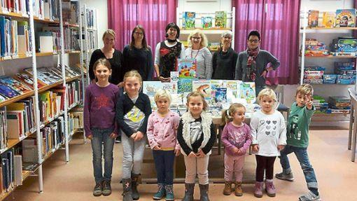 Eine Spende hat das Kinderbörse-Team der Stadtbücherei zukommen lassen.  Foto: May Foto: Schwarzwälder Bote