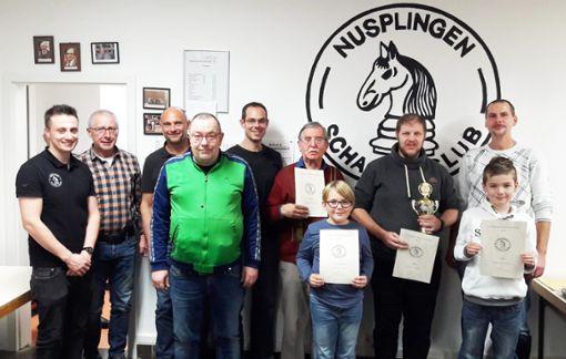 Ingo Klaiber vom Schachclub Nusplingen (links) ehrt die Sieger.Foto: Klaiber Foto: Schwarzwälder Bote