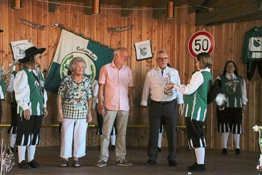 Die Gründungsmitglieder Rosemarie Scheuble (Zweite von links), Karl-Heinz Moosmann (Mitte) und Paul Brunnenberg werden geehrt.  Foto: Verein Foto: Schwarzwälder Bote