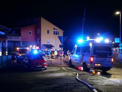 Zum Brand in Dettingen rückte ein Großaufgebot an Einsatzkräften an. Foto: Heidepriem