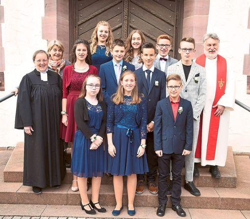 Zehn Jugendliche aus Waldachtal feierten in der Christuskirche in Tumlingen-Hörschweiler das Fest ihrer Konfirmation mit Pfarrerin Heike Hauber (links) und Diakon Ralf Hornberger (rechts).   Foto: Maier