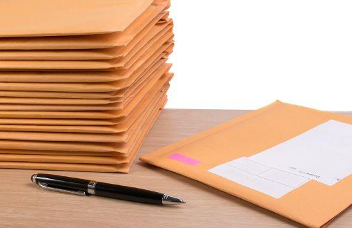Rund 400 Briefe wurden in einem Wald bei Weil der Stadt (Kreis Böblingen) entsorgt.  Foto: Wittayayut/Shotterstock