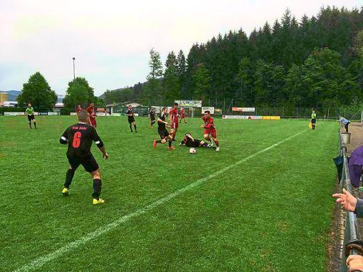 Nach 90 Minuten waren sich die Spieler des SC Hofstetten (helle Trikots) und des VfB Bühl einig: Das 2:2-Unentschieden ist gerecht.  Foto: Mäntele Foto: Schwarzwälder Bote