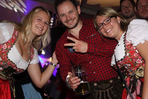 Die Partyband Dirndlknacker ließ es am völlig verregneten Samstagabend im Messezelt bei der Schwarzwaldhalle ordentlich krachen. In strongCalw-Altburg/strong kletterte man nach der Party mit den Dorfrockern wieder auf die Bierbänke. a href=http://www.schwarzwaelder-bote.de/inhalt.calw-party-dirndknacker-rocken-altburg.a0d56e8b-f013-4fd7-b5b8-b64ed2deb0ef.htmltarget=_blankstrongZur Bildergalerie/strong/abr Foto: Bartler-Team