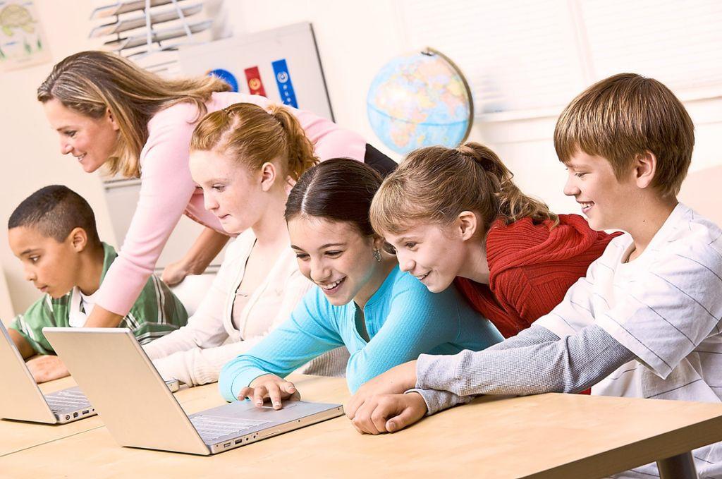 Ohne Internet ist Unterricht bald nicht mehr denkbar. Alle Schulen des Kreises sollen bald an das schnelle Internet angebunden werden. Foto: © AVAVA  – stock.adobe.com Foto: Schwarzwälder Bote