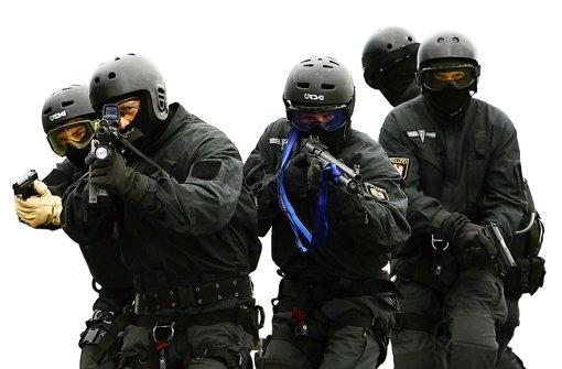 Am Donnerstagabend ist ein 39-jähriger Mann in der Vom-Stein-Straße von einem Sondereinsatzkommando der Polizei festgenommen worden. Der Mann wollte sein Haus anzünden und drohte, seinen Kindern etwas anzutun. (Symbolfoto) Foto: dpa