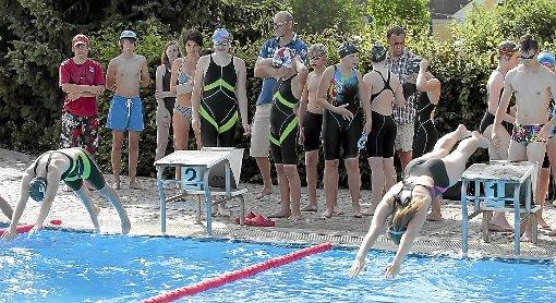 Auf die Plätze, fertig los! Beim Sponsoren-Schwimmen absolvierten die 20 Schwimmer sage und schreibe 70 Kilometer. Foto: R.Müller Foto: Schwarzwälder-Bote