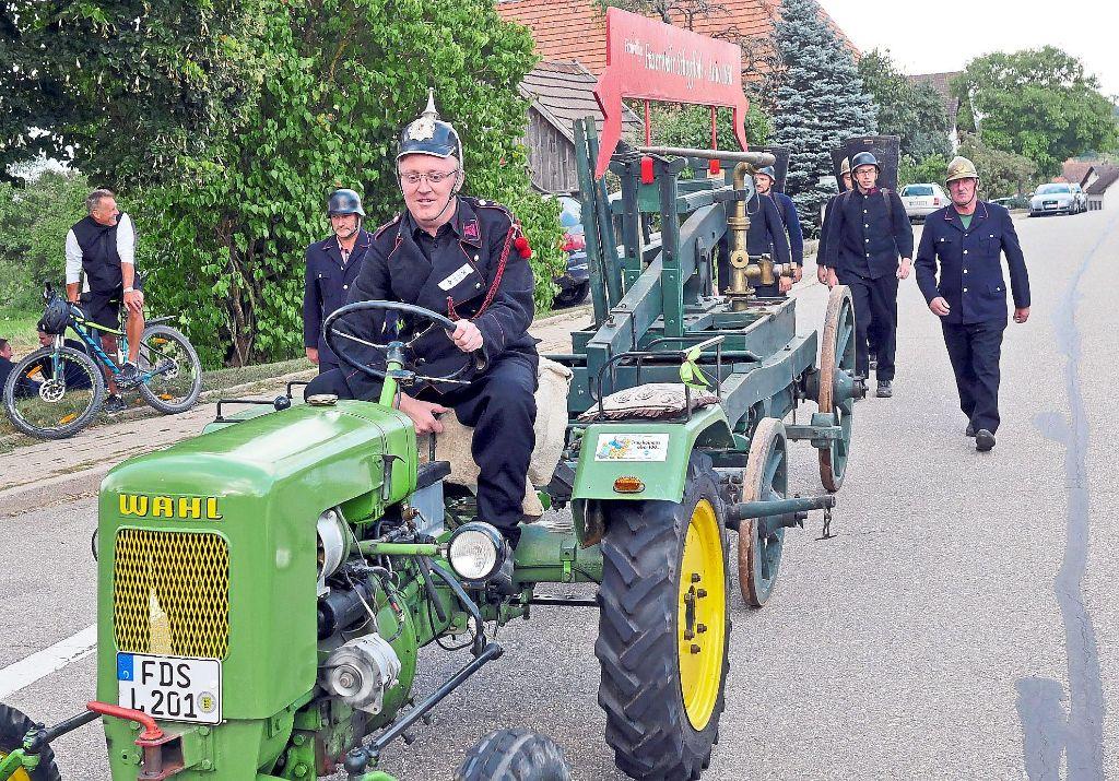 Klettergerüst Traktor : Schopfloch: feuerwehr zeigt bei feier moderne geräte und historische