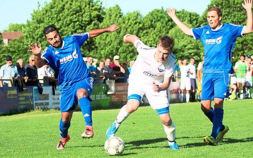 Der SV Winzeln (links Serhat Akyldiz, rechts Simon Gaus) lieferten dem SV Seedorf (Johannes Wernz) einen großen Fight. Mit dem 2:2 wurden die Meisterträume der Gastgeber zerstört.   Foto: Rudolf