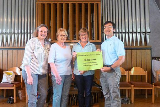Organo-Chefin Gaby Mitschke  (Zweite von rechts) überreicht die Spenden an den zweiten   Kirchengemeinderatsvorsitzenden Nhat Kha Bui, was auch Kantorin Waltraud Götz (links) freut.  Foto: Guimouza Foto: Schwarzwälder Bote