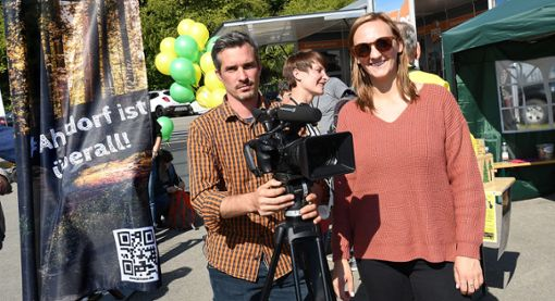 Filmemacher Marc Uhlig und Redakteurin Michelle Nietzsch drehten auf der Neckarwoche. Ihre Hauptdarsteller: die Ahldorfer Bürgerinitiative.  Foto: Hopp
