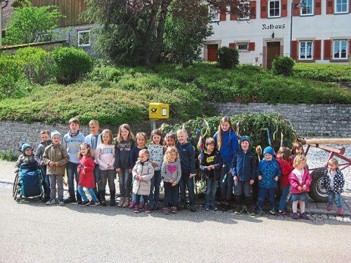 Die Kinder aus Wiesenstetten und Dommelsberg übernahmen das Schmücken des Maibaums.  Foto: Hellstern Foto: Schwarzwälder Bote
