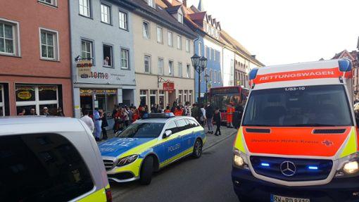 Alarm am Donnerstagnachmittag am Rottweiler Friedrichsplatz. Einsatzkräfte in Not hieß es, woraufhin Feuerwehr, DRK und Polizei, unterstützt von der Hundestaffel, anrückten. Einige Angetrunkene zeigen sich aggressiv. Foto: Otto