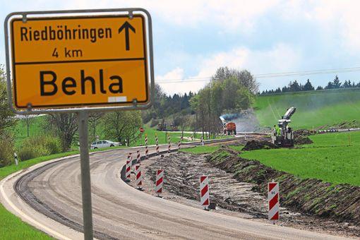 Im südlichen Bereich der B27-Umfahrung ist die Straße schon etliche Meter weit weggefräst. Die Arbeiten reichen  bis hoch zur Kreuzung nach Fürstenberg.  Foto: Simon